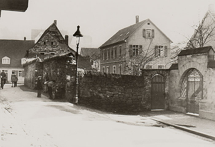 Mauer Ecke Kriegsstraße/Mühltalstraße vor Abriss des Eckgebäudes